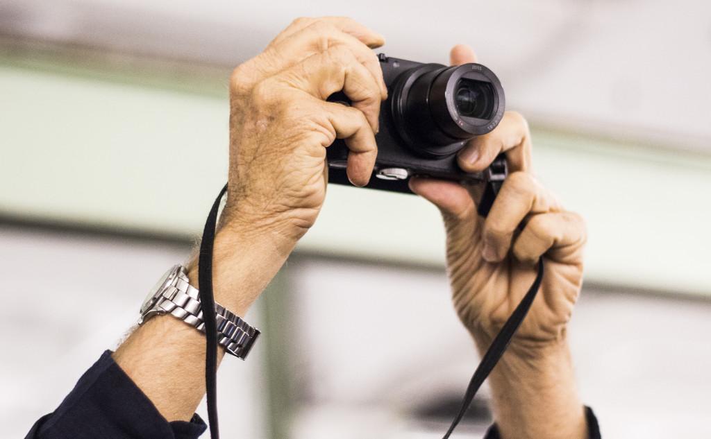 Крістофер фотографує відвідувачів.