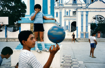 MEXICO. Oaxaca state. Tehuantepec. 1985. Children playing in a courtyard.